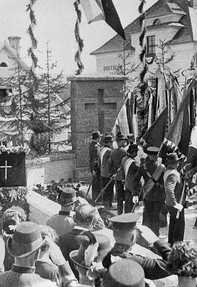 Odhalení památníku padlých ve světové válce v roce 1937
