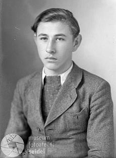 """Snímek, určený do pasu, má datum 2. listopadu roku 1944 a je psán na adresu """"Wettern 145"""", tedy na  rodinný domek s pekárnou, jehož stavebníkem byl někdy """"mezi válkami"""" Willibaldův otec otec Anton Jungwirth"""