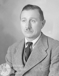 Jeho otec na snímku rovněž z fotoateliéru Seidel s datem 11. ledna roku 1945 a psaném na stejnou adresu