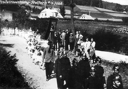 Slavnostní průvod hasičů a dětí v tento den - tam, kde stojí zástup přihlížejících, byl později instalován památník padlých