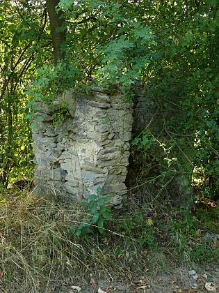 Jeden ze dvou zbylých statků a rozpadající se kaplička v Buchticích