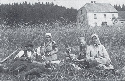 Žně 1940 pod někdejší lesovnou ve Vyšších Hodonicích