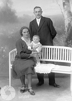 V necelém roce věku s rodiči na Seidelově snímku, datovaném 10. července 1931