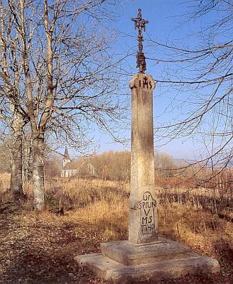 Obnovený kříž z r. 1740 cestou k rovněž obnovenému kostelu sv. Jana Nepomuckého - vroce 2013 ovšem křížek na podstavci již nebyl (viz i Johann Micko)