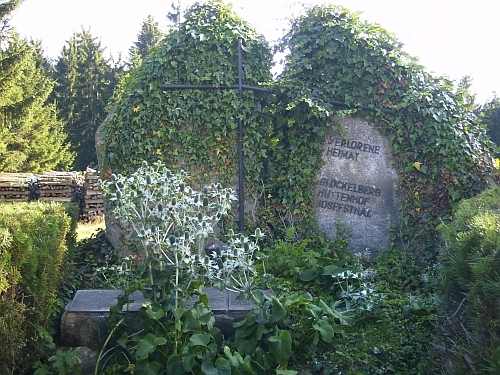 Památník vyhnanců z někdejší Zvonkové, Huťského Dvora a Josefodolu v rakouském Schöneben v roce 2008 a 2011...