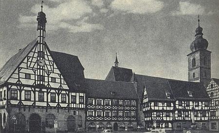 """Radnice a kostel v centru staroslavného """"císařského"""" města Forchheim"""