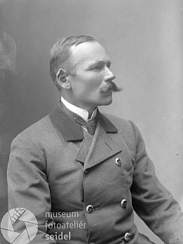 Ve fotobance Seidelova ateliéru najdeme tento snímek muže v lesnické uniformě s popiskem Březina z konce 19. století