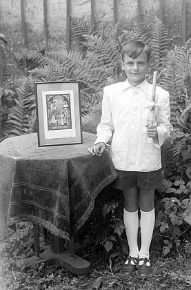 Je to on na snímku ze zahrady u Seidelů, psaném na jméno Kafer a datovaném     v Českém Krumlově 7. června roku 1948 před prvním svatým přijímáním?
