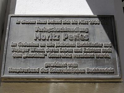 Pamětní deska na vídeňském domě, kde sídlilo Perlesovo knihkupectví, připomíná i osud rakouského Židovstva, jemuž Kaff unikl