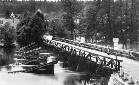 Most přes Lužnici, jak asi vyhlížel roku 1922 za Kafkova pobytu v Plané nad Lužnicí, kdy prý po něm spisovatel snad i denně chodíval