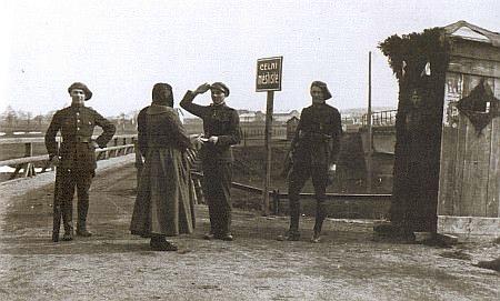 """Československá hlídka na dnešním hraničním přechodu pro pěší zvaném """"Celní městiště""""  v roce 1920, z něhož je i Kafkův dopis"""