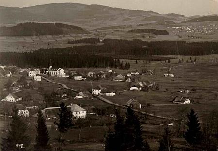 Pohlednice Josefa Wolfa zachycuje v popředí východní část zaniklé Zvonkové, kde stával rodný dům