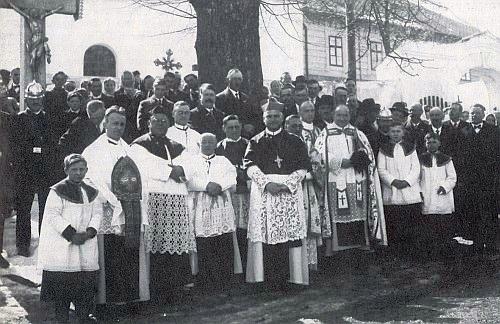 Na snímku z roku 1932 nalevo od vyšebrodského opata Tezelina Jaksche před misijním křížem v Malšíně