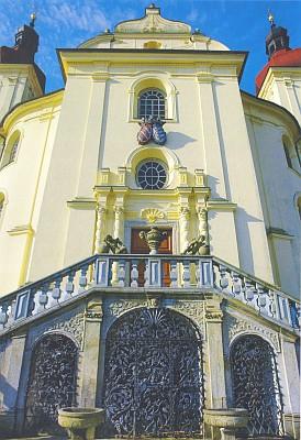 Čelní fasáda a hlavní oltář poutního kostela v Dobré Vodě u Nových Hradů, kde začínal jako kaplan