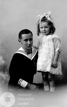 """S bratrem na Seidelově snímku, datovaném 24. května 1925 na jméno a adresu """"Irsigler Pötschmühle"""""""