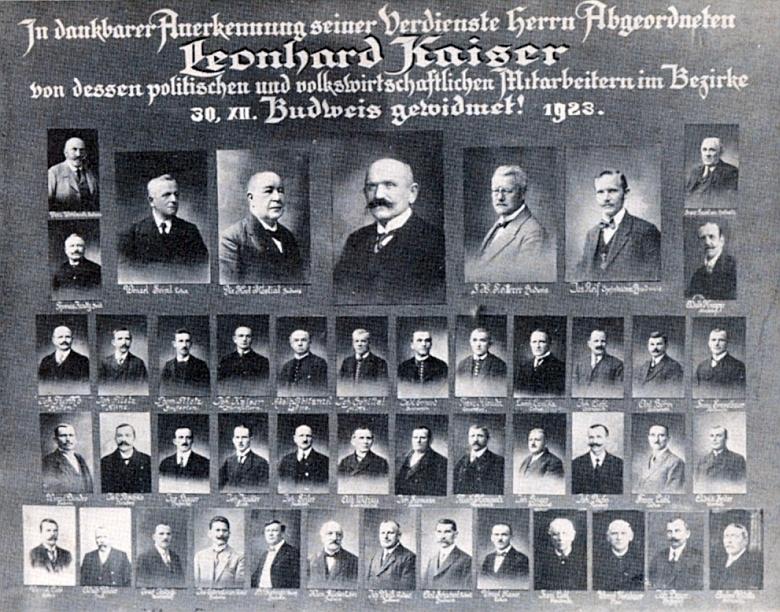 Pamětní tablo s jeho spolupracovníky