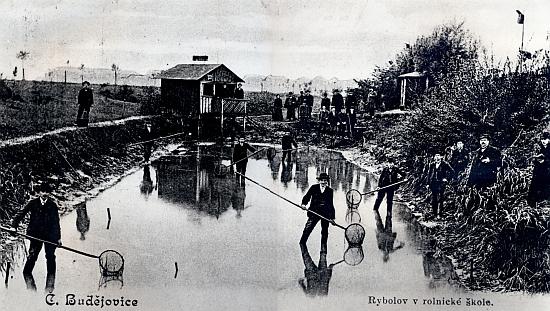 Výuka rybolovu na českobudějovické rolnické škole (byť v tomto případě patrně té české)