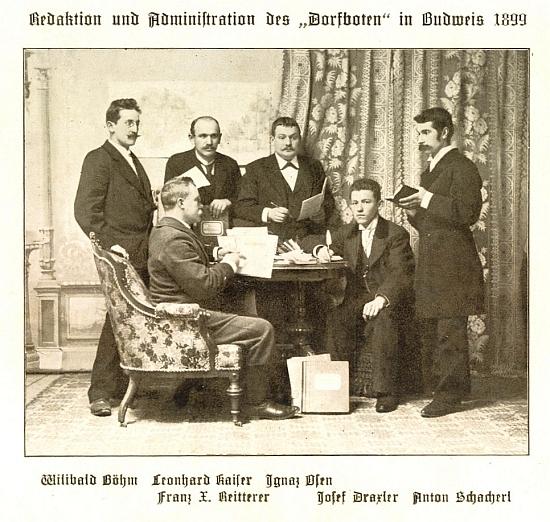 """Snímek redaktorů listu """"Dorfbote"""" z roku 1899 ho zachycuje stojícího druhého zleva (viz i Anton Schacherl)"""
