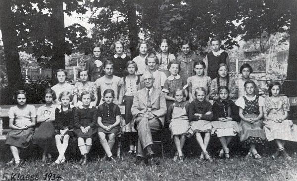 Na snímku z dubna 1934 se svými žákyněmi z dívčí školy