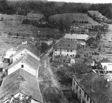 Záběr z kostelní věže na chátrající Rychnůvek
