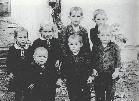 Ona je na snímku osmi dětí Grillových z roku 1943 tím děckem zcela vpravo