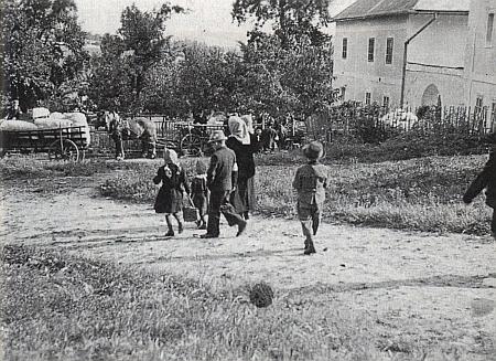 Snímek z roku 1946 zachycuje vyhnání rodiny z dětochovského gruntu