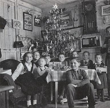 Vánoce roku 1950 v dřevěném vyhnaneckém baráku v Aalen-Wasseralfingen s deseti dětmi při vánočním stromě