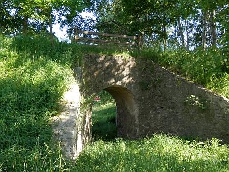 Zachované pozůstatky koněspřežky u Holkova