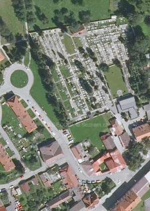 Kaplický hřbitov, kde byl kdysi pochován, na leteckém snímku z roku 2008