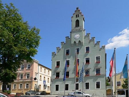 Před radnicí v Grafenau vidíme i českou vlajku