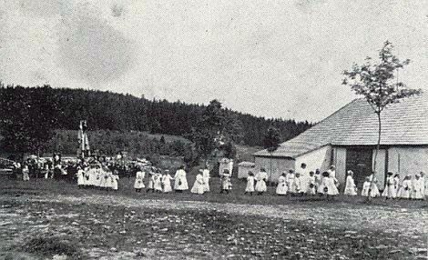 Vzácný snímek procesí o Božím Těle roku 1935 nebo 1936 vOndřejově: budova vpravo je zdejší fara odzadu