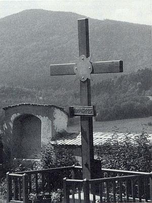 Pamětní kříž farní obce Ondřejov na hřbitově ve Ktiši svýhledem na horu Chlum, v jejímž sedle ves ležela...