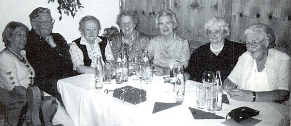 Na snímku ze setkání absolventů učitelského ústavu v Českých Budějovicích, které se konalo v roce 2002, vidíme ji sedět třetí zleva