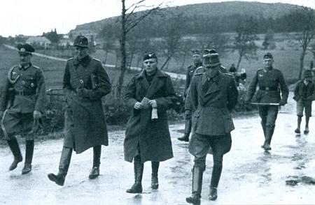 Jednu z dramatických chvil v historii Ondřejova zachycuje snímek z nacistické propagační publikace se skupinou německých důstojníků a jedním československým cestou na jednání při záboru území wehrmachtem v říjnu roku1938