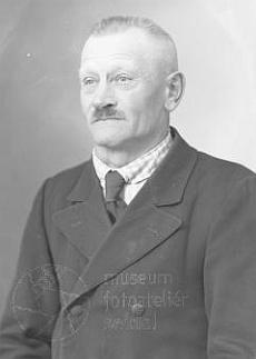 """Seidelův snímek z března roku 1942 je psán na jméno Alois Tahedl a adresu """"Goldberg 28, Post Andreasberg"""", kdehospodařili Alois a Karolina Tahedlovi - je na něm tedy její otec?"""