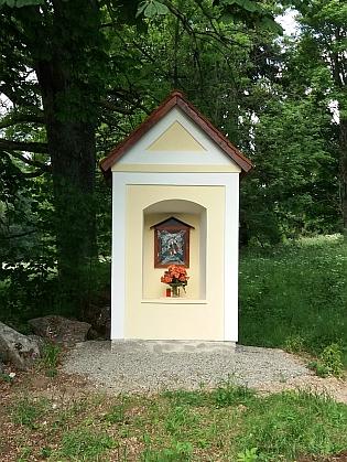 Kaple Michal ve Starém Špičáku, které věnovala jeden ze svých textů, před s po rekonstrukci, kterou provedli manželé Novotní v roce 2021