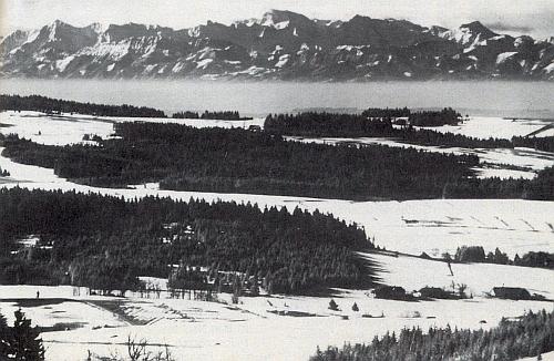 Téměř neuvěřitelný pohled ze Svatého Tomáše na hřebeny Alp, jak jej kdysi zachytil Franz Seidel...