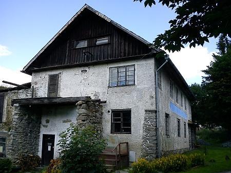 ... sídlící v tomto původním stavení, dnes (2011) ovšem již nefungující