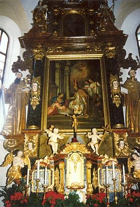 Hlavní oltář hornostropnického kostela