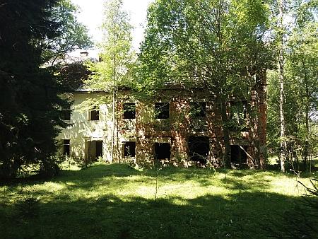 """Jediný """"dochovaný"""" dům - po válce v něm sídlila rota Pohraniční stráže"""
