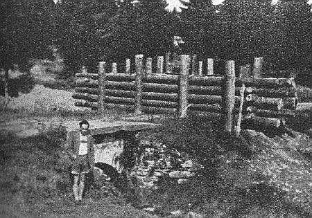 """... hraniční """"přechod"""" na Mechovém potoce, jak ho zachytil snímek """"z druhé strany"""" někdy začátkem padesátých let..."""