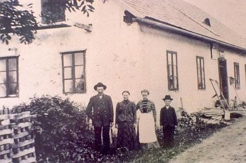 Jeho rodný dům čp. 40 v Horní Krásné Hoře, kde prý od roku 1862 býval hostinec, který vlastnila rodina Kasparova
