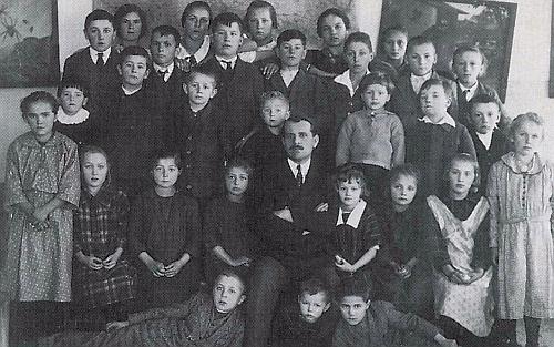"""Je tady na snímku žáků školy v Helmbachu ze školního roku 1925-1926 ten ležící vpravo, řečený po otci Ferdinandovi """"Ferdler Hans"""""""
