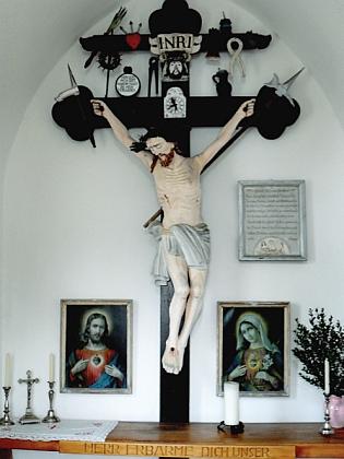 Oltářní kříž v kapli Nejsvětějšího Srdce Ježíšova v Röhrnbachu, který restaroval