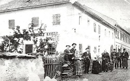"""Sestra Adalberta Stiftera Anna byla ve dnes zcela zaniklém Rožnově provdána do domu Hehenbergerových (po chalupě """"Stadlbauer""""):     tři její synové jsou zachyceni na snímku zcela vpravo"""
