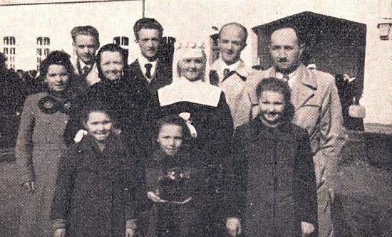 Rodina Kernova a ona v den její obláčky v roce 1954