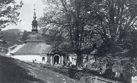Snímek poutní kaple ve Studenci před požárem v roce 1898 na snímku Josefa Seidela