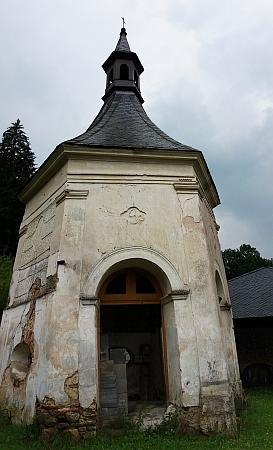 Takto vyhlíží poutní kaple ve Studenci v roce 2018 - opravena byla alespoň střecha
