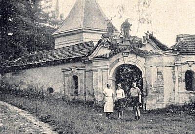 Ještě v roce 1965 podle snímku její brána stála v téměř původní podobě...