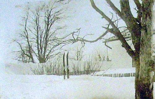 Snímek, vlepený do kroniky obce Knížecí Pláně z let 1902-1933, zachycuje výšku sněhové pokrývky u plotu zdejší fary koncem března roku 1931, kdy bylo malému Karlovi necelých pět let